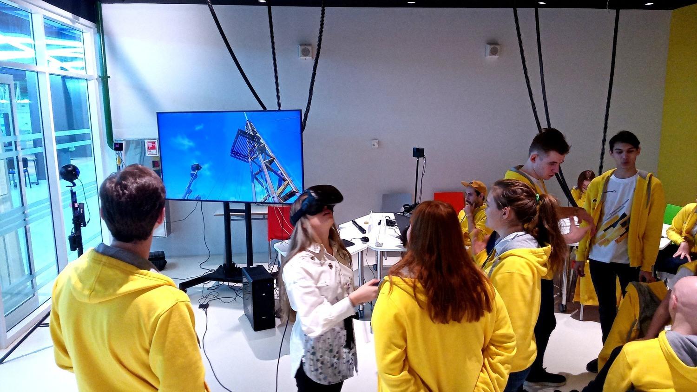 Ребята испытывают VR-симулятор геологоразведки